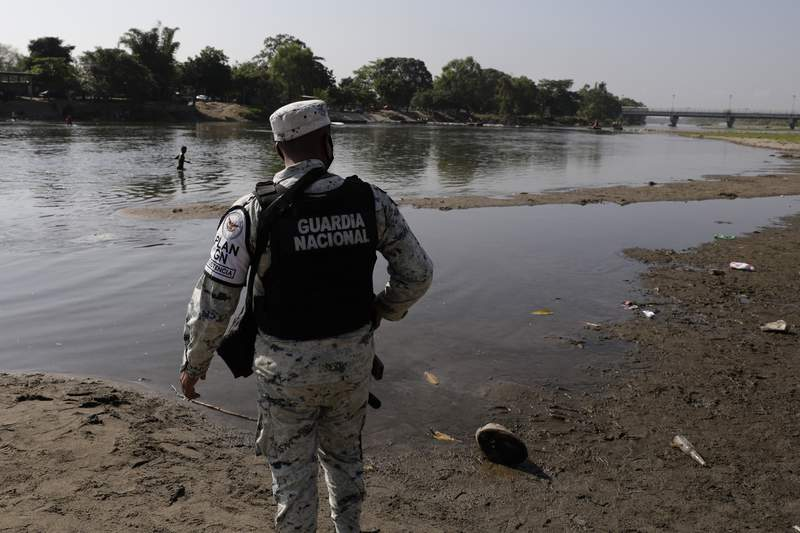 Fotografa de archivo del 21 de marzo de 2021 de un miembro de la Guardia Nacional de Mxico montando guardia en la orilla del ro Suchiate, que marca la frontera de Guatemala y Mxico, cerca de Ciudad Hidalgo, Mxico. (AP Foto/Eduardo Verdugo, Archivo)