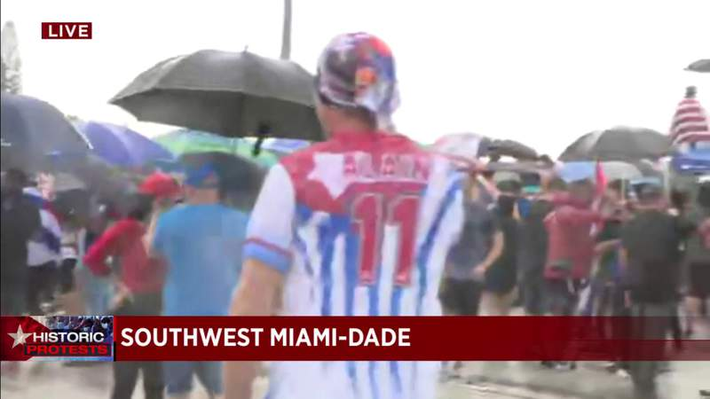 More #SOSCuba protesters hike up ramp to Palmetto Expressway