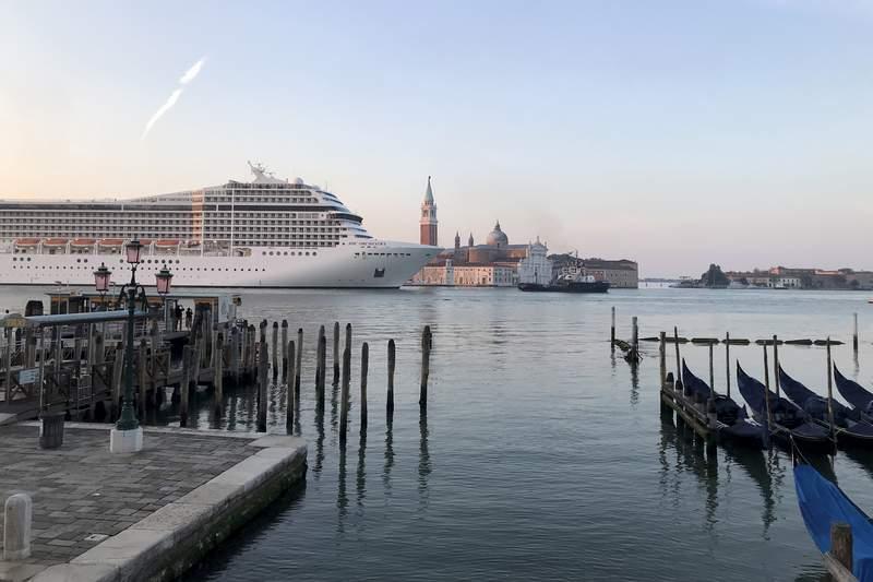 El primer crucero navega por Venecia desde el inicio de la pandemia