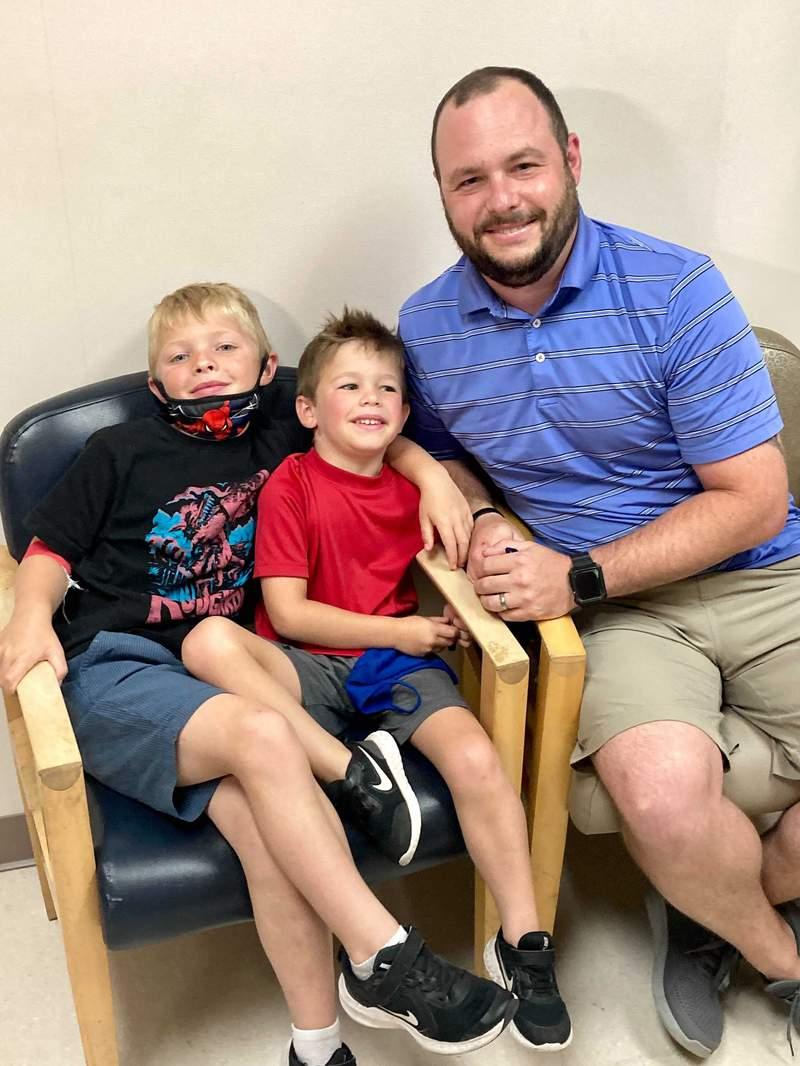 Desde la izquierda: Rusell Bright, de 7 aos, Tucker Bright, de 5 aos y Adam Bright posando para una foto en el Centro Mdico Ochsner en Jefferson, Luisiana, el lunes 7 de junio de 2021. (AP Foto/Stacey Plaisance)