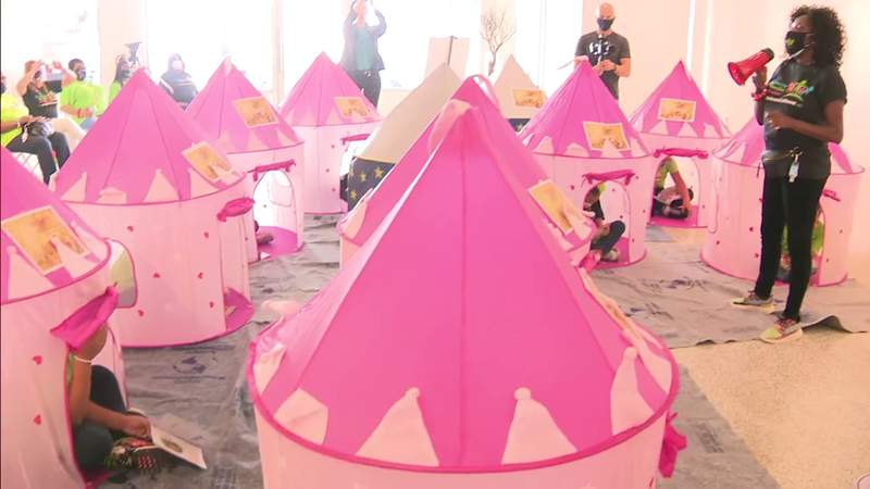 Design guru Stephen G. brings joy, gifts to Embrace Girls Foundation holiday event
