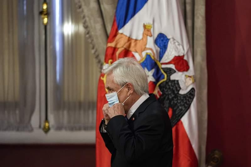 El presidente de Chile, Sebastin Piera, se vuelve a poner la mscara en medio de la pandemia de COVID-19, luego de anunciar un estado de emergencia en las regiones sureas de La Araucana y Biobo, en el palacio presidencial de La Moneda en Santiago, Chile, el martes 12 de octubre de 2021. (AP Foto/Esteban Felix)