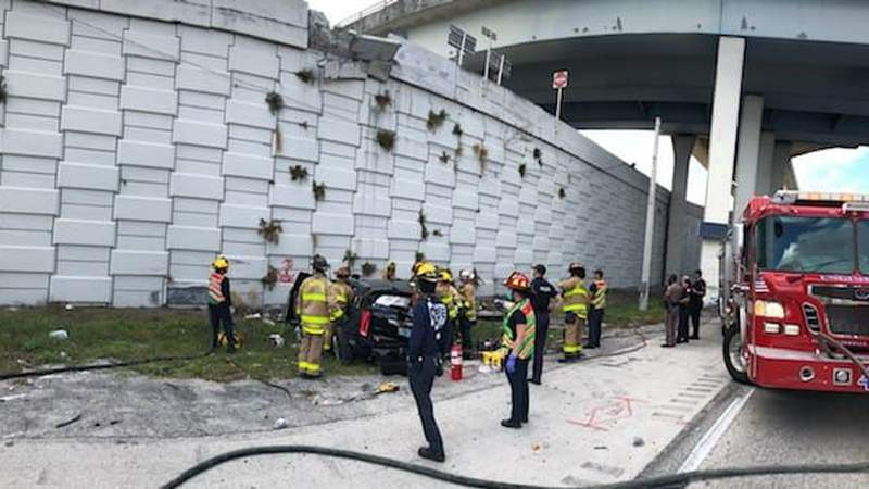 Vehicle crashes down after plowing off elevated Stare Road 84