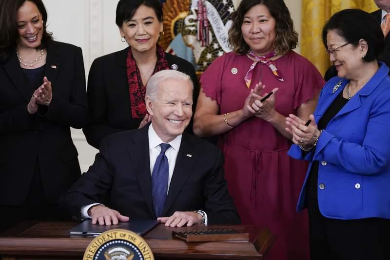 El presidente Joe Biden sonre despus de firmar la ley contra crmenes de odio en la Casa Blanca, el jueves 20 de mayo de 2021, en Washington. Arriba de izquierda a derecha: la vicepresidenta Kamala Harris, las representantes Judy Chu y Grace Meng, y la senadora Mazie Hirono. (AP Foto/Evan Vucci)