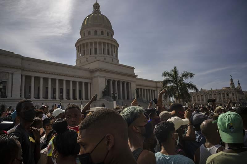 La gente protesta frente al Capitolio en La Habana, Cuba, el domingo 11 de julio de 2021. (AP Foto/Ramn Espinosa)