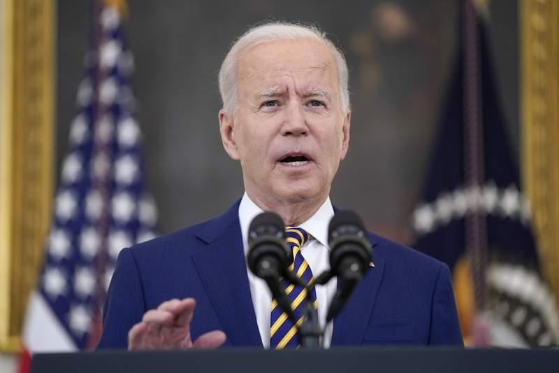 El presidente estadounidense Joe Biden anuncia en la Casa Blanca que el pas alcanz 300 millones de dosis de vacunas de coronavirus administradas, el viernes, 18 de junio del 2021.   (AP Foto/Evan Vucci)