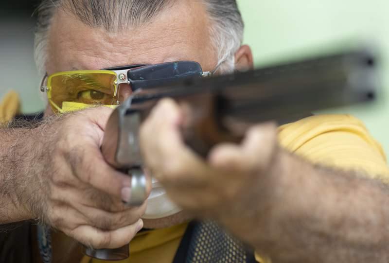 Una persona practica tiro al blanco en Americana, Brasil el 24 de febrero del 2021.  (AP Photo/Andre Penner, File)