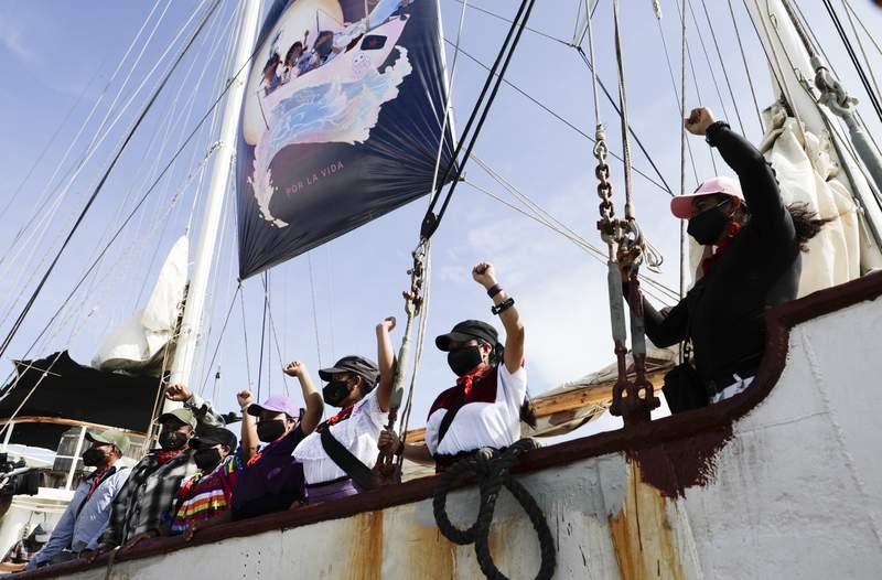 Una delegacin de miembros del Ejrcito Zapatista de Liberacin Nacional (EZLN), se despide desde un barco antes de salir el domingo 2 de mayo de 2021 desde Isla Mujeres, en el estado mexicano de Quintana Roo, rumbo a Europa. (AP Foto/Eduardo Verdugo)