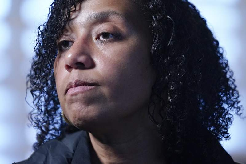 Kim Bryson, investigadora de la Polica Estatal de Nueva York el 15 de abril del 2021 en Wheatley Heights, Nueva York. (Foto AP/Frank Franklin II)