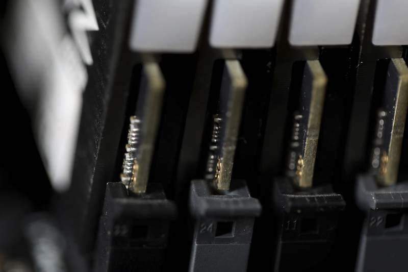 En esta imagen del 23 de febrero de 2019 se muestra una parte interna de una computadora, en Jersey City, Nueva Jersey. (AP Foto/Jenny Kane, archivo)