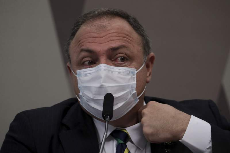 Eduardo Pazuello, exministro de Salud de Brasil, se acomoda el cuello el mircoles 19 de mayo de 2021 durante su testimonio ante el Senado que investiga la actuacin del gobierno frente a la pandemia de COVID-19, en Brasilia, Brasil. (AP Foto/Eraldo Peres)