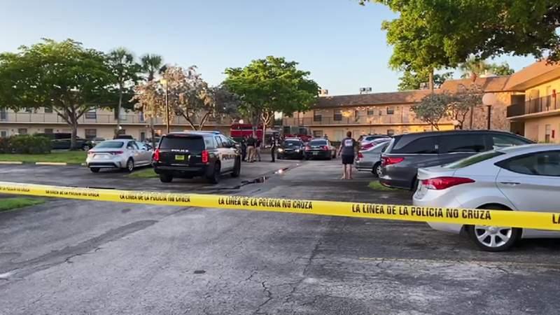 La policía evacuo un edificio durante un fuego el jueves en Hollywood.