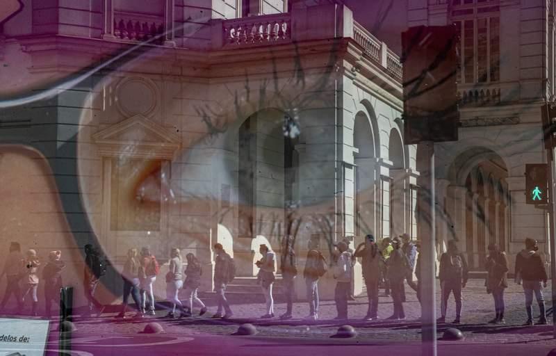 En esta foto de archivo del 17 de agosto de 2020, las personas se reflejan en el escaparate de una tienda de anteojos mientras esperan frente a la oficina de administracin de pensiones, AFP, para solicitar un retiro anticipado de un porcentaje de sus pensiones del gobierno el primer da de la levantamiento parcial de las restricciones de cuarentena destinadas a frenar el nuevo coronavirus en el centro de Santiago, Chile. Los legisladores de Chile aprobaron el jueves 15 de abril de 2021 un tercer retiro anticipado de un porcentaje de la pensin de las personas. (AP Foto/Esteban Felix, Archivo)